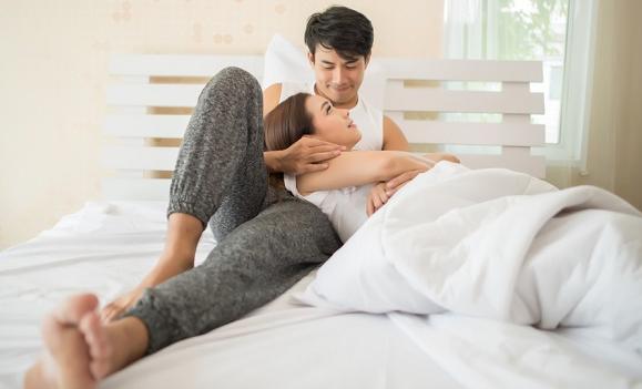 Pillow Talk Bisa Tingkatkan Keintiman Kamu dengan Pasangan